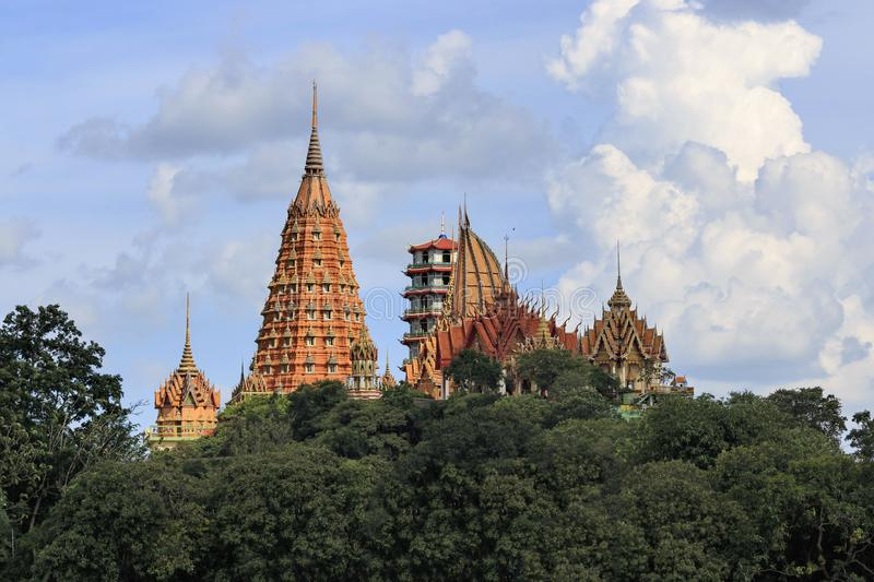Świątynia lokalizuje na górze, Kanchanaburi tygrysa świątynia zdjęcie stock