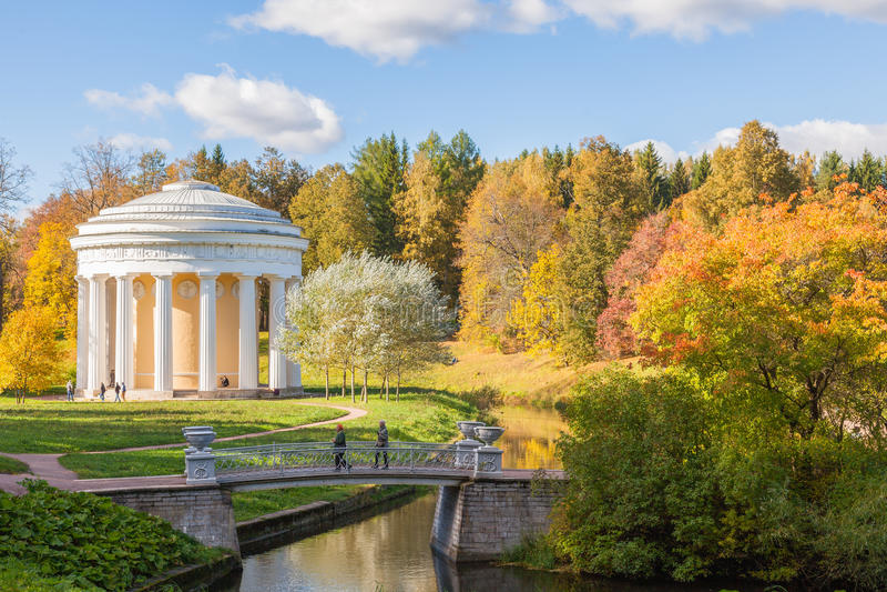 Świątynia przyjaźń i most w Pavlovsk parku w jesieni obrazy stock
