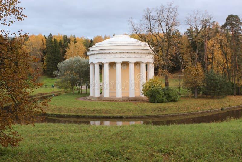Świątynia przyjaźń w Pavlovsk parku obrazy royalty free