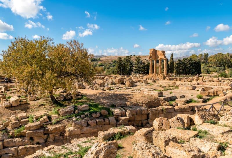 Świątynia Rycynowy i Pollux, lokalizować w parku dolina świątynie w Agrigento, Sicily zdjęcie stock