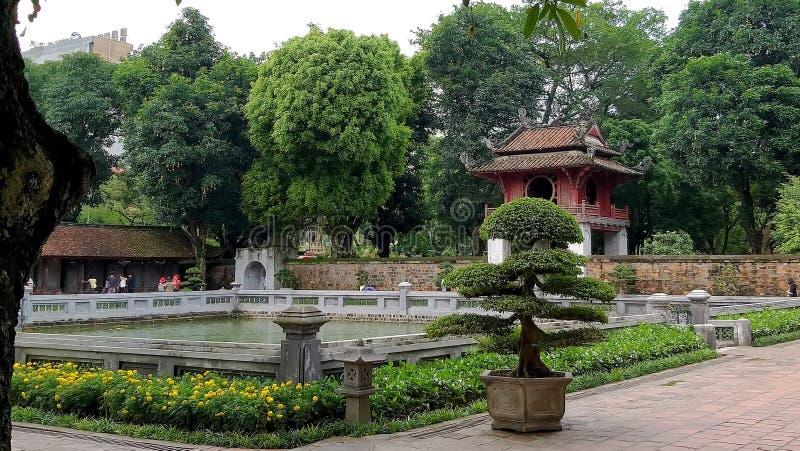 Świątynna brama jest wciąż po środku pięknego ogródu obraz stock