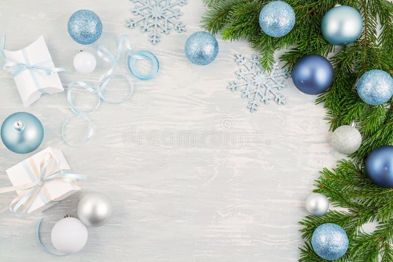 Święta świąteczne tło z niebieskim i srebrnym ozdobą świąteczną i prezentami zdjęcie royalty free