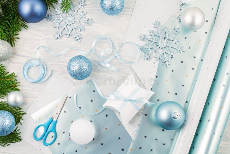 Święta świąteczne tło z niebieskim i srebrnym ozdobą świąteczną i prezentami fotografia stock