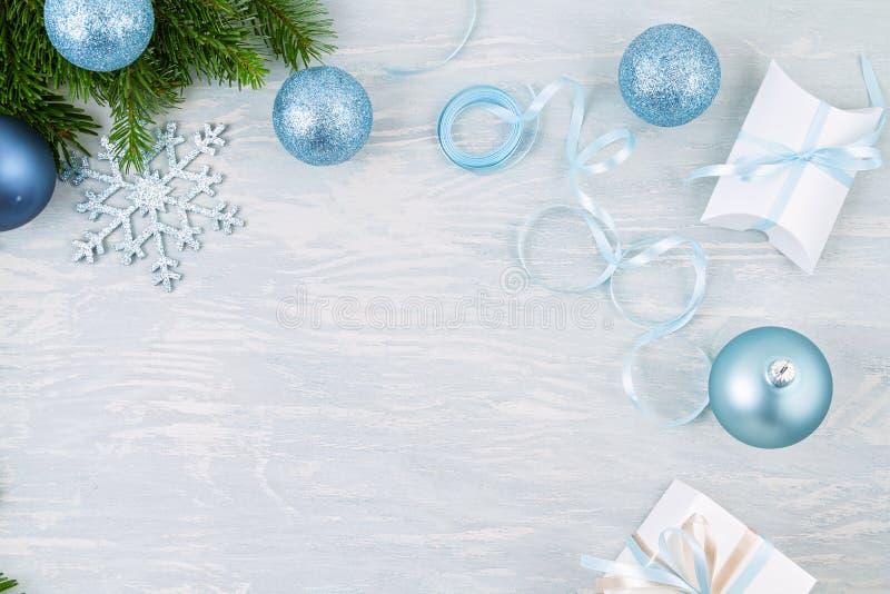 Święta świąteczne tło z niebieskim i srebrnym ozdobą świąteczną i prezentami zdjęcia stock