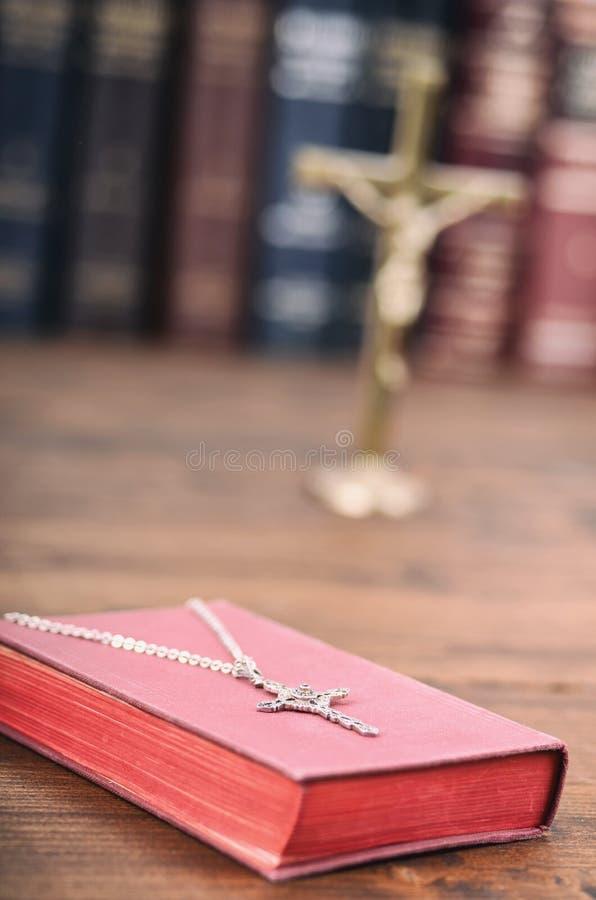 Święta biblia, chrześcijanin przecinająca kolia na drewnianym tle obraz royalty free