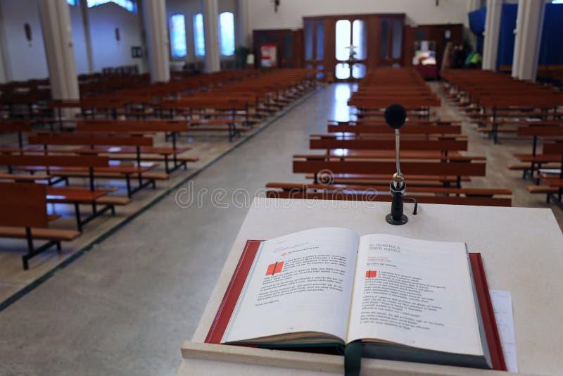 Święta biblia w kościół chrześcijańskim pulpit obraz stock