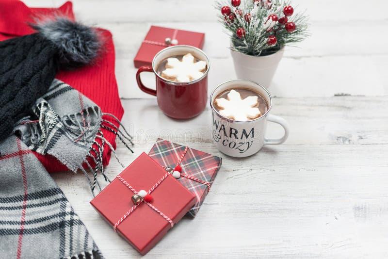 Święta Bożego Narodzenia tło z gorącym kakao, pudełka na prezent i odzież zimowa dla kobiet obraz stock