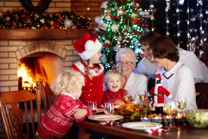 Święta dekorują obiadowych domowych świeżych pomysłów Rodzina z dzieciakami przy Xmas drzewem obraz royalty free