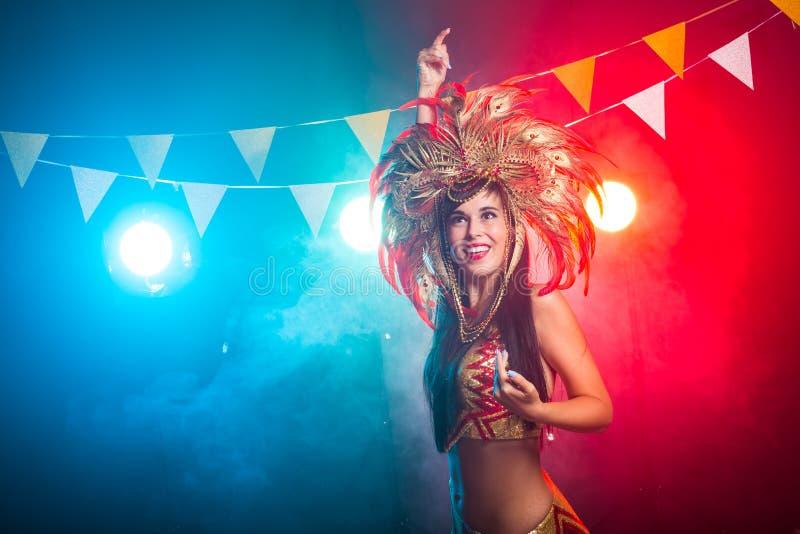 ÅšwiÄ™ta, impreza, taniec i nocny pomysÅ' - piÄ™kna kobieta ubrana na karnawaÅ'owÄ… noc zdjęcie royalty free