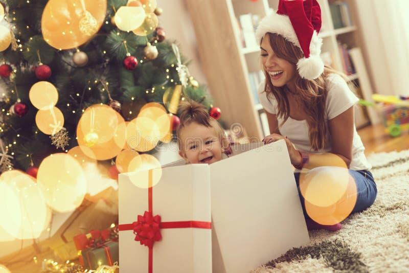Święta komuś pończochy paskować paluszkach drzewa swiat niespodzianek obraz stock