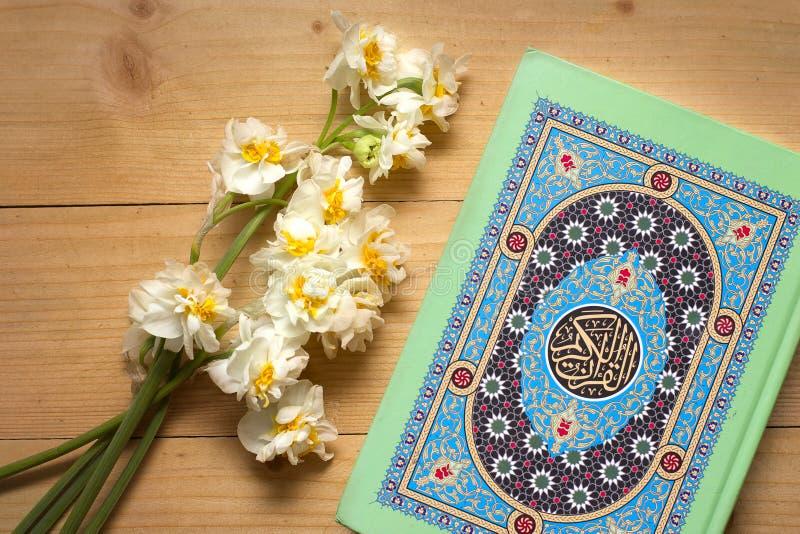 Święta koran książka, daffodils na drewnianym tle i ramadan zdjęcia stock