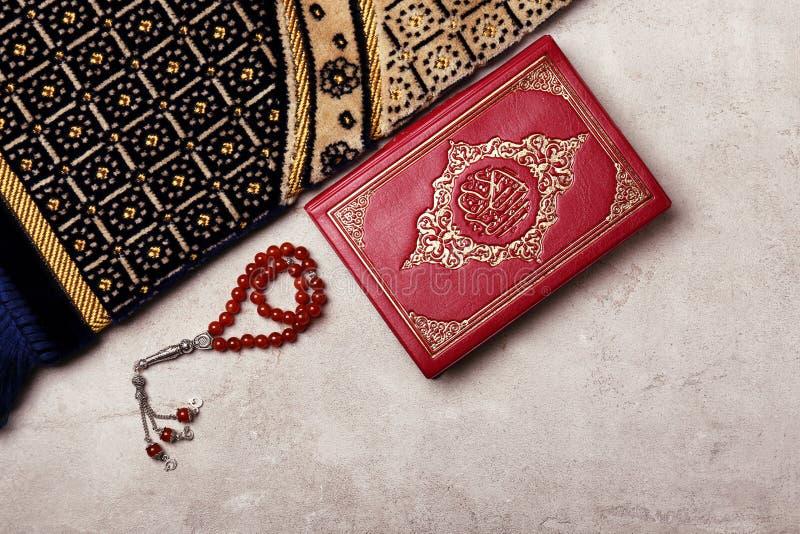Święta księga muzułmanie, modlitewni koraliki i dywanik, fotografia stock