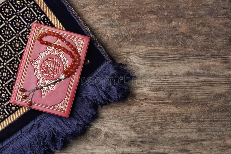 Święta księga muzułmanie, modlitewni koraliki i dywanik, zdjęcie royalty free