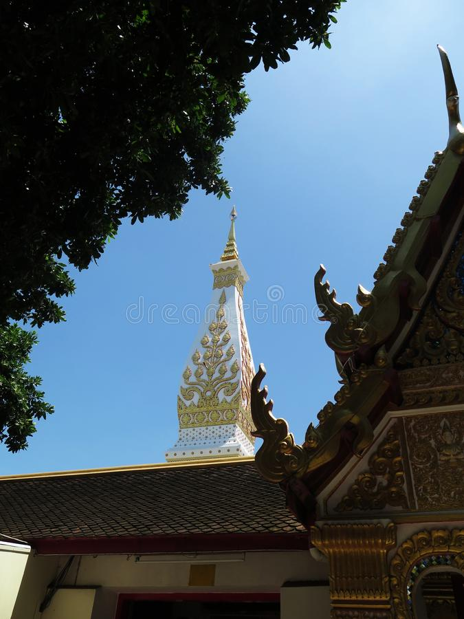 Święta pagoda z niebieskim niebem zdjęcia stock