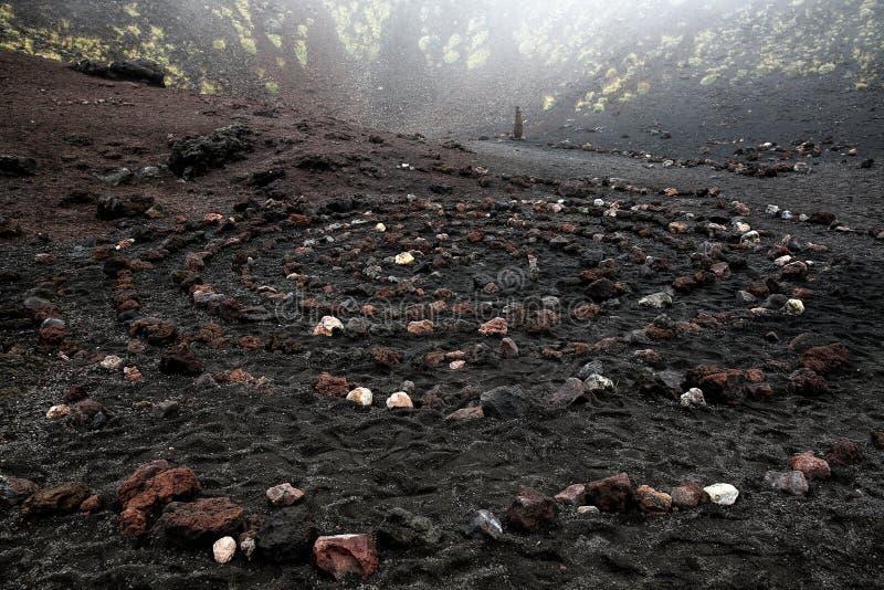 Święta spirala ogniowa skała w Etna wulkanu kraterze obraz stock