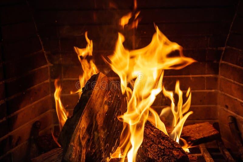 Święta tła blisko czerwony czasu Drewniany palenie w wygodnej grabie w domu obraz stock