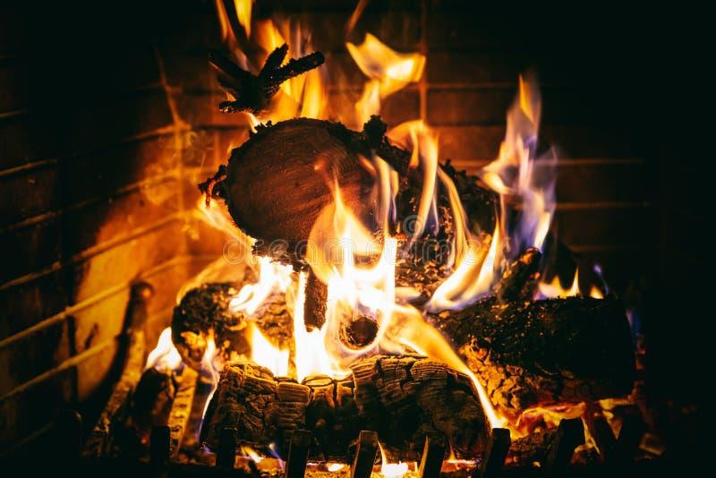 Święta tła blisko czerwony czasu Drewniany palenie w wygodnej grabie w domu zdjęcie stock