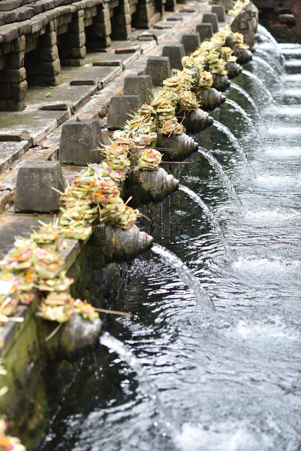 Święta wiosny woda z Hinduskimi ` s sztukami i architekturą przy balijczykiem Tirta Empul zdjęcia royalty free