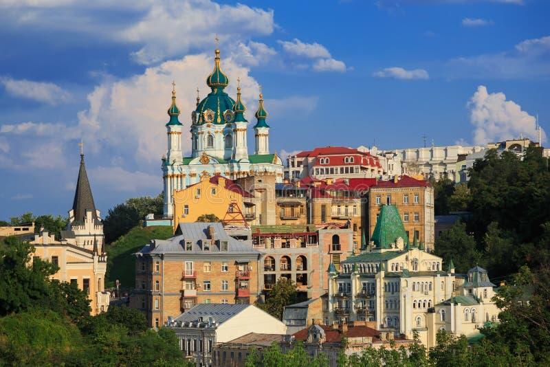 Świętego Andrew kościół i starzy budynki na wzgórzu fotografia stock
