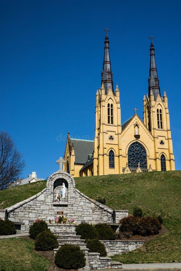 Świętego Andrew kościół katolicki i maryja dziewica pomnik fotografia stock