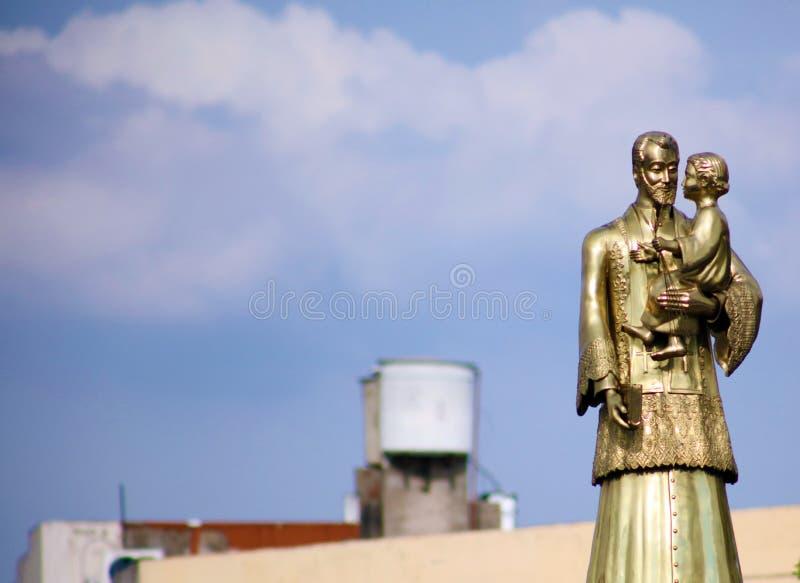 Świętego Cajetan statua z niebieskim niebem w tle w Buenos Aires Argentyna fotografia stock