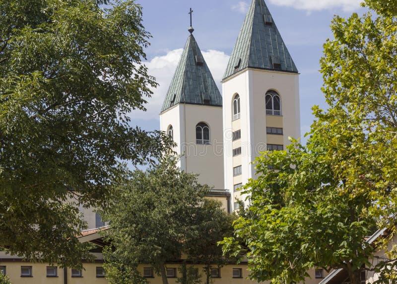 Świętego James dzwonnicy w Medjugorje, otaczającym naturą w lato sezonie obraz stock