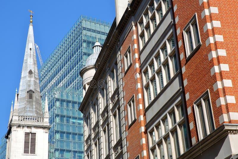 Świętego Margaret chodaków kościół otaczający nowożytnymi i starymi budynkami w pieniężnym okręgu miasto Londyn obraz stock