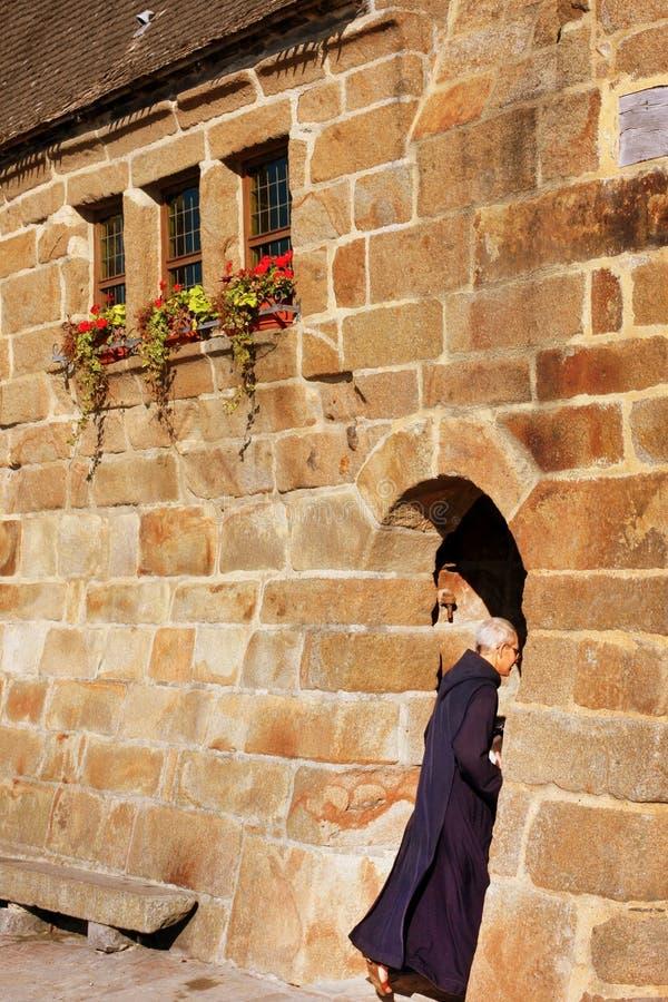 Świętego Michael opactwo, Normandy, Francja, Październik 15th, 2011 - michaelita śpieszy chować w opactwo łuku przepustce fotografia stock