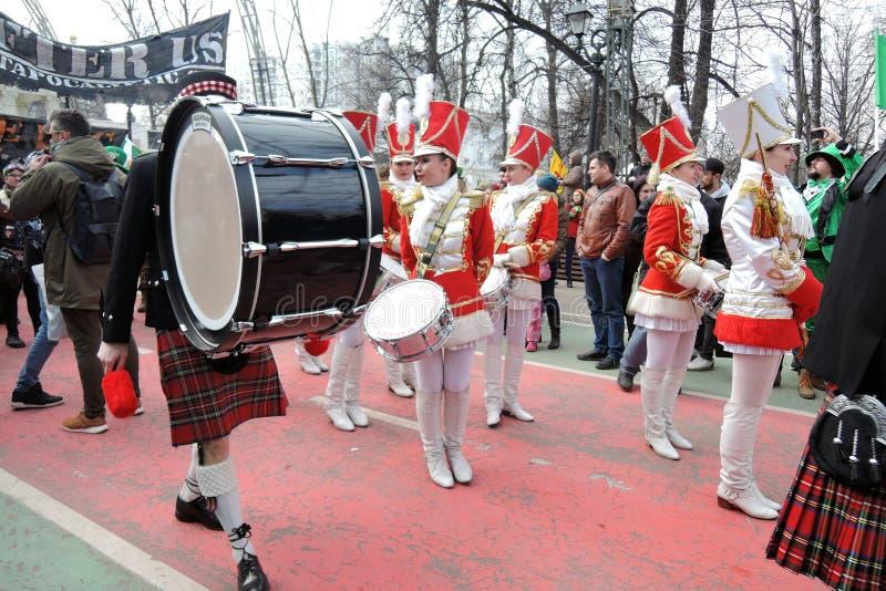 Świętego Patrick ` s dnia świętowanie w Moskwa Kobieta doboszów zespół obraz royalty free
