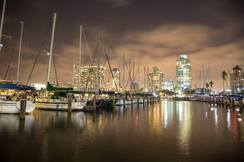 Świętego Petersburg Floryda miasta Marina nocy scena obrazy royalty free