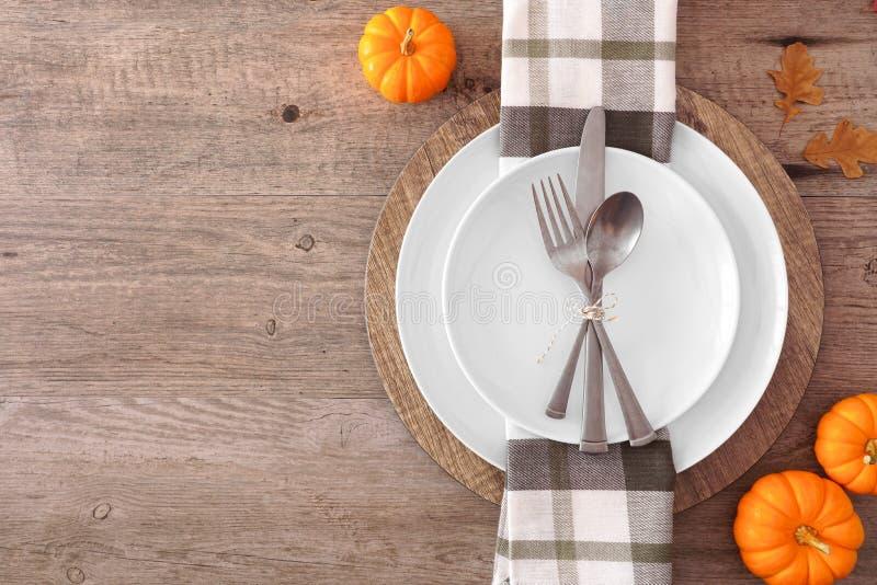 Święto Dziękczynienia lub ustawienie stołu do zbiorów jesiennych, widok z góry, krawędź z boku na drewnianym tle zdjęcie royalty free