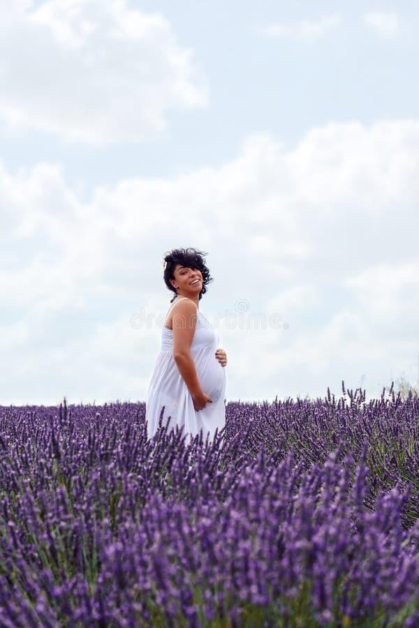 Świętować piękno życia Uśmiechnięty kobieta w ciąży na lavend fotografia stock