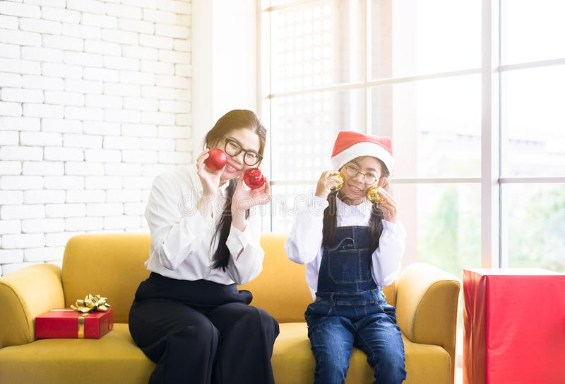 Świętowań bożych narodzeń wakacje, Azjatycka siostra bawić się piłkę z młodą siostrą w domu, Szczęśliwy i uśmiechnięty, zdjęcia royalty free