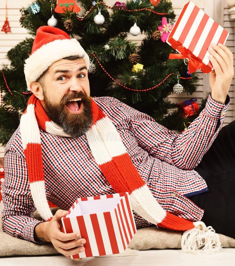 Świętowania i niespodzianki pojęcie Mężczyzna z brodą otwiera teraźniejszości pudełko obrazy stock