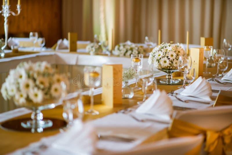 Świętowania miejsca siedzące na ślubie, stołowe dekoracje z kwiatami dla przyjęcia lub ślub, fotografia royalty free