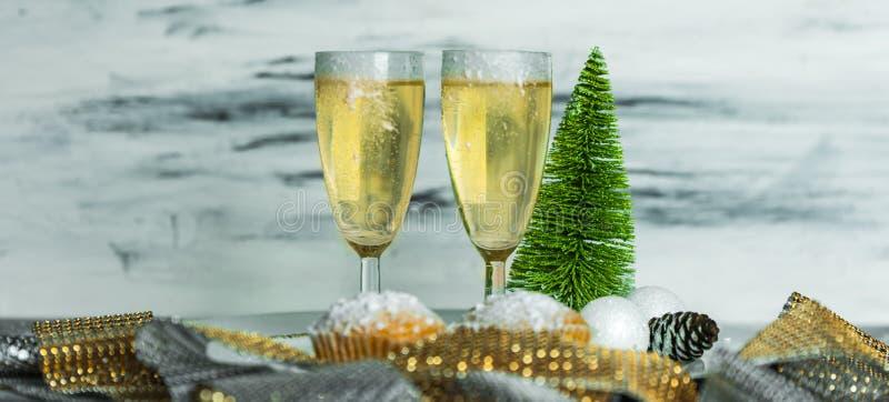 Świętowanie - dwa szkła szampan na stole zdjęcie royalty free