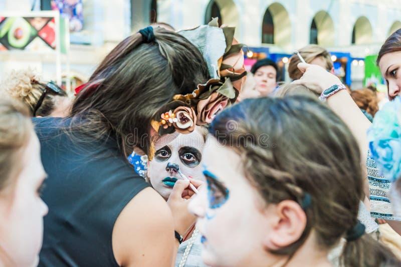 Świętowanie dzień nieboszczyk Dziewczyna maluje inna dziewczyna z makeup robi twarzy zdjęcia royalty free