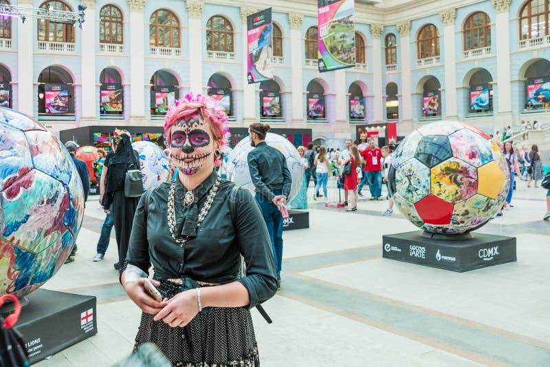 Świętowanie dzień nieboszczyk Dziewczyna z różowym włosy w makeup jako czaszka fotografia royalty free