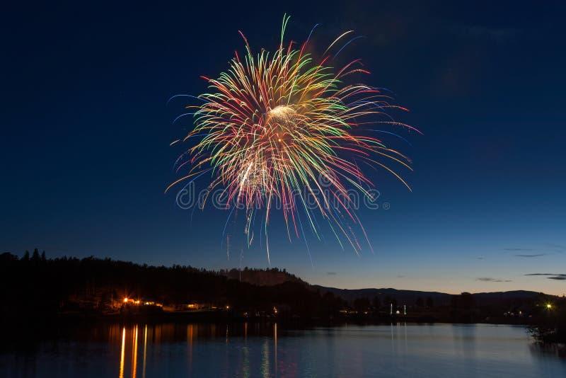 Świętowanie fajerwerków pokaz Nad Halnym jeziorem przy półmrokiem zdjęcia royalty free