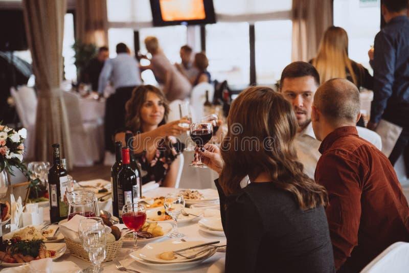 Świętowanie grzanki ludzie clinking w ślubnej restauracji fotografia royalty free