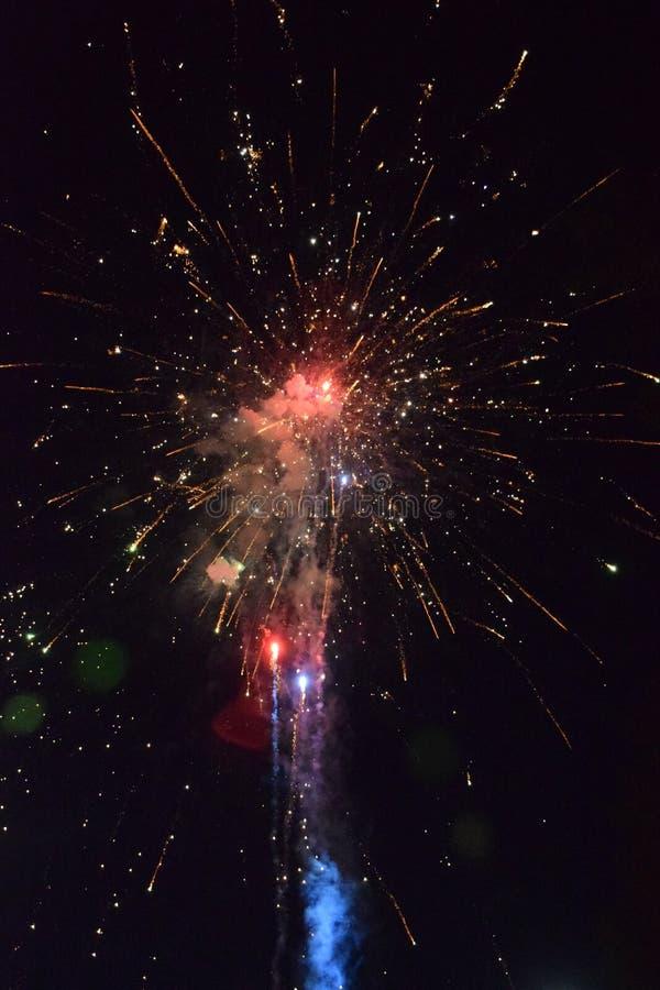 Świętowanie z fajerwerkami przy nocą Petarda świętować nowego roku zdjęcie stock
