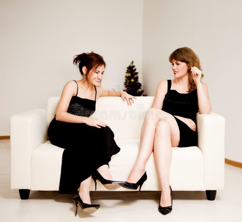 świętuje boże narodzenia dwa kobiety fotografia royalty free