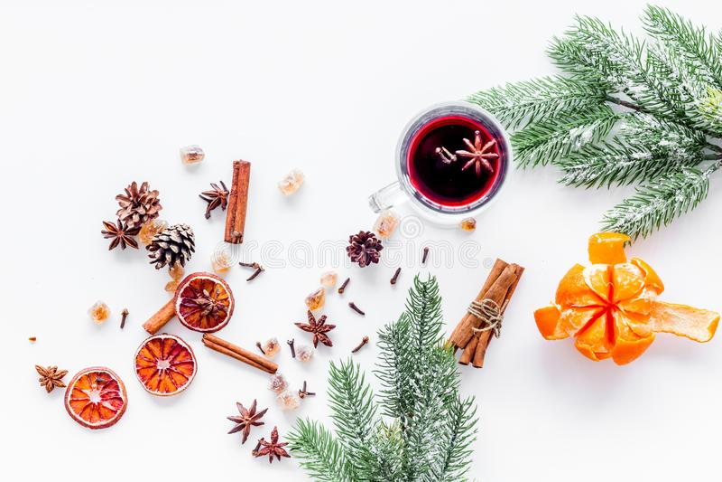 Świętuje nowy rok zimy wieczór z gorącym napojem Rozmyślający wina lub grogu składniki Białego tła odgórny widok Przestrzeń dla obraz stock