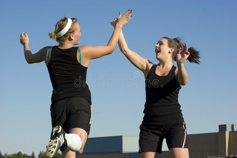 świętuje pięć dziewczyn wysoką piłkę nożną zdjęcie stock