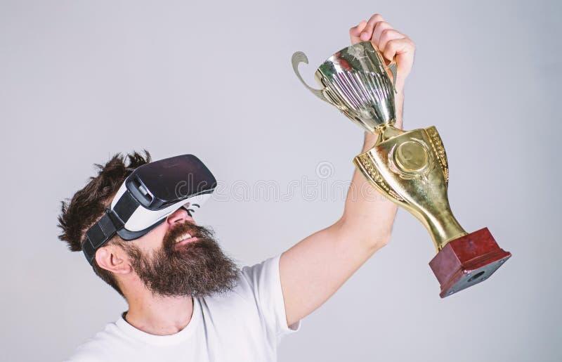 Świętuje zwycięstwo Odczucia zwycięstwo w rzeczywistość wirtualna grach Dokonuje zwycięstwo Modnisia wirtualny gamer dostać osiąg fotografia royalty free
