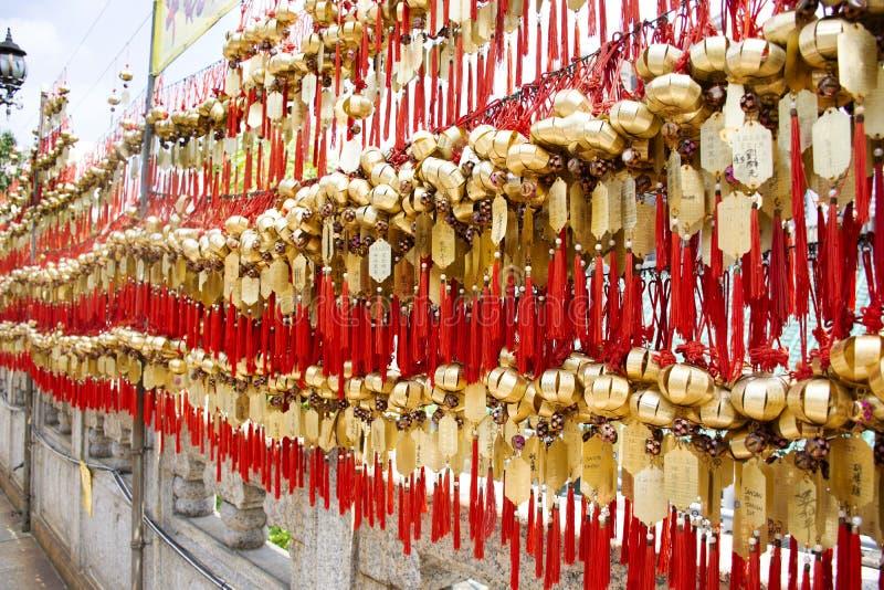 Święty dzwon na ścianie dla szacuneku modlenia przy Wong Tai grzechu świątynią przy Kowloon w Hong Kong, Chiny obraz stock