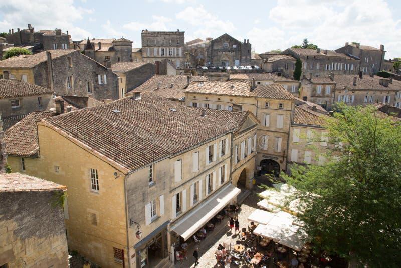 Święty Emilion, bordowie/Francja - 06 19 2018: Bordoski wino wysyła winnicę świętego unesco grodzki Piękny pejzaż miejski vi obraz royalty free