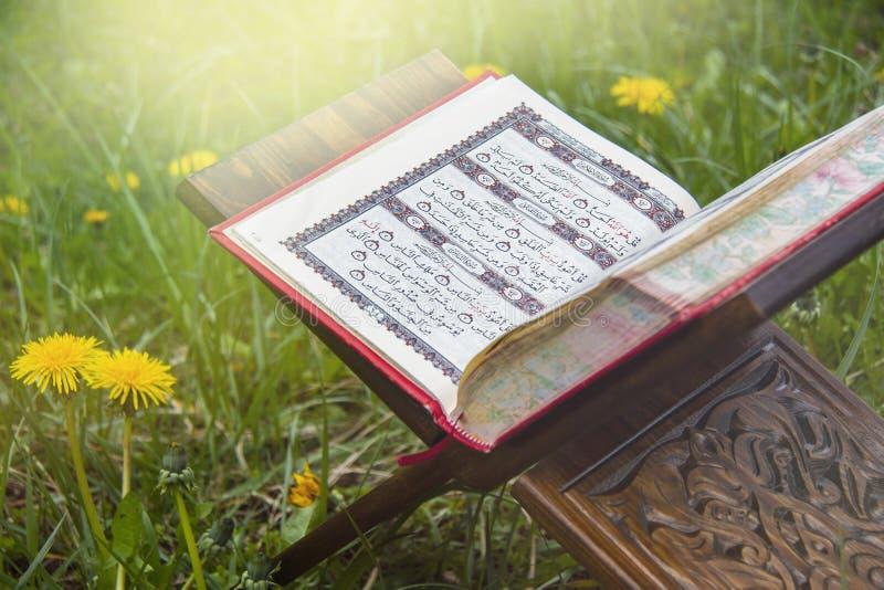 ?wi?ty koran - Islamska ?wi?ta ksi?ga zdjęcia royalty free