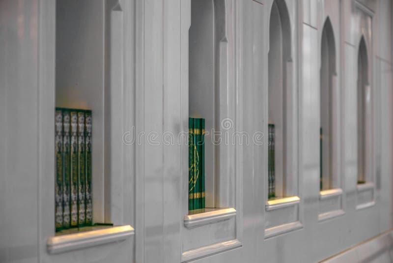 Święty koran rezerwuje na półce w meczecie - 3 zdjęcie stock
