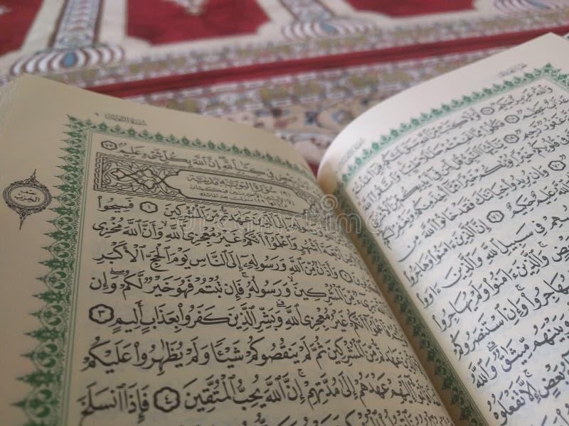 Święty koran w Angielskim i Arabskim na pięknym wzorze Projektował dywanika zdjęcia royalty free